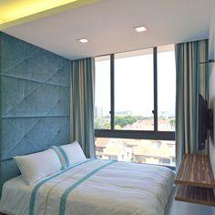 Теплая спальня Singapore Apartment от KNQ Associates