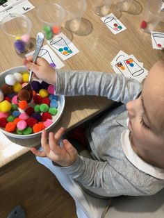 Les pompons The pompoms fine motor activity montessori workshop family instruction / kindergarten Montessori Education, Montessori Toddler, Montessori Materials, Montessori Activities, Toddler Learning, Motor Activities, Educational Activities, Toddler Activities, Montessori Playroom