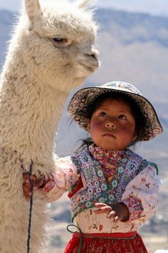 This alpaca looks an old soul but his little friend is skeptical - My favorite children's fashion list Alpacas, Animals For Kids, Animals And Pets, Baby Animals, Cute Animals, Precious Children, Beautiful Children, Beautiful Babies, Cultures Du Monde