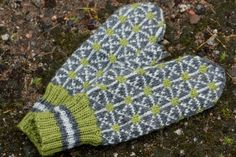 Trio of mittens uses three skeins - one skein each of three colors. Knit Mittens, Mitten Gloves, Knitting Socks, Knitted Hats, Knit Socks, Rose Crafts, Knitting Patterns, Knit Crochet, Stitch