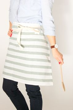 easy buttoned-up tea towel apron tutorial // Delia Creates