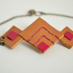 Bracelet de cuir véritable brodé à la main et chaînette