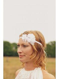Un magnifique headband mêlant dentelle, fleurs et plumes. Feather headband for bride, lace headband, cristal headband