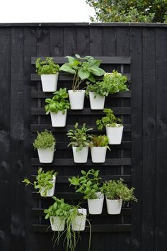 modern vertical garden IKEA hack modern vertical garden IKEA luroy bed slat hack In modern cities, it is almost impossible to sit within a house with the. Small Herb Gardens, Vertical Gardens, Outdoor Gardens, Outdoor Art, Small Garden Hacks, Small Garden Bed Ideas, Hanging Herb Gardens, Vertical Planting, Ikea Outdoor