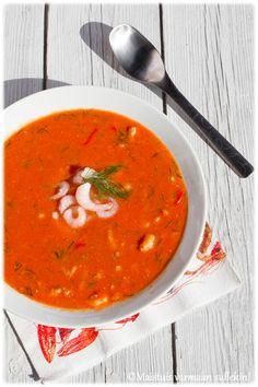 Rapukestien alkuruoaksi tein kookoksen makuisen, tomaattipohjaisen katkarapukeiton. Potkua keittoon antaa chili. Katkarapu-kookoskeitto...