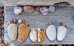 """La série """"Stone Footprints"""" du photographe Iain Blake, du land art simple et mignon réalisé avec des galets ronds trouvés sur la plage. Une série de photog"""
