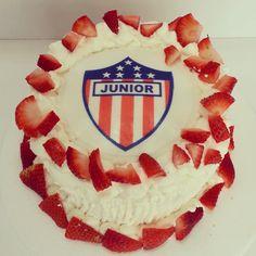 Para los amantes del Fútbol y del Junior! Torta de vainilla cubierta de fresas con crema y escudo comestible - Pídela al (1) 625 1684 - #SoSweet #pasteleríaArtesanal #pastelería #reposteríaArtesanal #repostería #tortasenbogotá #tortaspersonalizadas #Junior Tortas en Bogotá wwwSoSweet.com.co