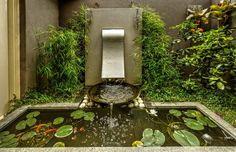 Gartenbrunnen aus Edelstahl vor dem Koi-Teich