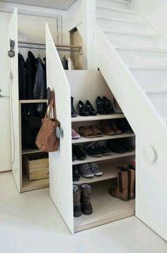 Un placard à vestes et un placard à chaussures sous l'escalier, avec un crochet pour pendre le sac. Placard sur mesure pour optimiser l'espace ! #Rangement