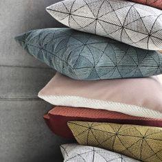 Tile Kissen von muuto. Geometrisches Muster in gewebtem Stoff - gemütliche Sofakissen für die Couch: http://www.ikarus.de/marken/muuto.html