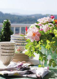 Comer al aire libre * Eating outdoors  En la mesa de comedor, vajilla, en My Home.  #Spain http://www.elmueble.com/articulo/casas/5160/una_mezcla_con_mucho_estilo.html#gallery-0