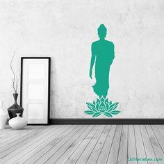 Wandtattoo stehender Buddha Lotus OM Das Wandtattoo stehender Buddha Lotus OM in Gold wirkt edel und kraftvoll in einer Atmosphäre der Zentrierung im YogaraumWandaufkleber / Tattoos mit asiatischem Flair (Buddha Motive) in den Farben Kupfer oder Gold sind sehr wirkungsvoll für das Wohnklima und eignen sich besonders für das Yogastudio (Raum). In Yogastudios oder Gesundheitspraxen sind unsere Wandtattoos eine einzigartige Wanddeko mit Blickfang Garantie.#lichterleben Yoga Studio Design, Yoga Inspiration, Feng Shui, Yoga Lifestyle, Montage, Lotus, Buddha, Home Decor, See Through