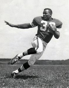 This Day in Browns History: Jim Brown ties NFL record with 237 yards rushing - NFL - football Nfl Football, Football Player Messi, Browns Football, Football Cards, Football Stuff, School Football, American Football League, American Sports, National Football League