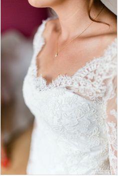 Robe de mariée Nany'n, robe en dentelle de calais manche longue, petite traine, robe esprit romantique chic. Créateur de vêtements sur mesure. Avignon. Vaucluse www.nanyn.com