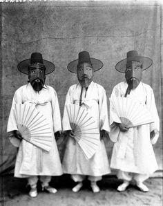 그림과 글이 있는 블로그 :: 구본창의 '탈춤 가면 시리즈' Korean Traditional, Traditional Outfits, Photos Du, Old Photos, Korean Photo, Korean Painting, Mask Dance, Asian Art Museum, Korean Aesthetic