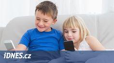 První mobilní telefon není pro děti sice prvním setkáním s obrazovkou a virtuálním světem za ní, ale poprvé je nástroj trvale v jejich rukách. O čem by si při té příležitosti měli rodiče s dětmi popovídat, aby předešli případným problémům v budoucnosti?