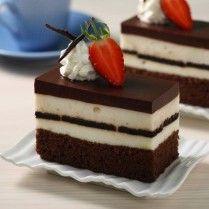 Kombinasi puding dan cake cokelat tersaji dalam satu sajian istimewa chcolate cake oreo puding berikut ini.