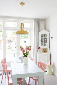 These unmissable ideas to decorate the dining room They will inspire you completely. East small dining room It is combined by a white table that is ac. Dining Room Colors, Kitchen Paint Colors, Dining Room Design, Dining Area, Dining Chairs, Pastel Kitchen Decor, Small Dining, Design Kitchen, Home Interior