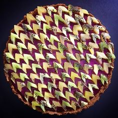 Baker Lauren Ko shows the possibilities of a pie. Her creative pies feature stunning pie crust art that's as beautiful as it is tasty. Creative Pie Crust, Waffle Pops, Edible Flowers Cake, Flower Cakes, Pie Crust Designs, Pies Art, Food Design, Bento, Kiwi