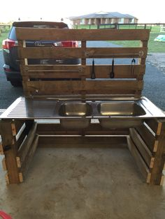 Outdoor mud kitchen. Made from pallets and super easy