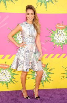 Jessica Alba en un Mary Katrantzou ¡Wow! #LookOfTheDay #InStyleRedCarpet #Fashion