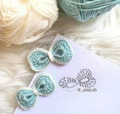A world of inspiration for crafters! More than free knitting and crochet patterns and 1000 tutorial videos.Tina's handicraft : 36 patterns for sconces Crochet Bow Pattern, Crochet Bows, Crochet Flower Patterns, Crochet Gifts, Crochet Motif, Crochet Yarn, Knitting Yarn, Crochet Flowers, Free Knitting
