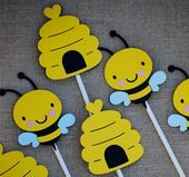 Bumble Bee Birthday Party Centerpiece, Bee Baby Shower, Mommy To Bee Cupcake Toppers, What will it Be Gender Reveal Hummel-Geburtstagsfeier-Mittelstück-Biene durch Cutiepiepartyshoptoo Summer Crafts For Kids, Mothers Day Crafts For Kids, Fathers Day Crafts, Decoration Photo, Decoration Ikea, Decoration Cupcakes, Penguin Birthday, Penguin Party, Birthday Tags
