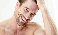 O nosso editor da secção de homens, Kirill Kutalov, é um guru de beleza masculina, por isso fizemos uma compilação das perguntas mais comuns relacionadas com os cuidados a ter com a pele e com o cabelo e vejamos o que este especialista nos respondeu.