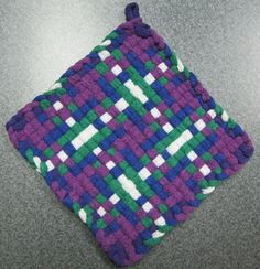 Tartan Woven Potholder by DoorsiDell on Etsy Weaving Designs, Weaving Projects, Weaving Patterns, Potholder Loom, Potholder Patterns, Types Of Weaving, Rainbow Loom Bracelets, Crafty Craft, Crafting
