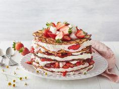 Mikä tuo kesän? Lettukestit ja mansikat. Rakenna letuista yhtäaikaa näyttävä ja rento jälkiruoka tai kahvipöydän komeus kokoamalla lettuja, marjoja, mansikoita ja mansikkarahkaa kerroksittain kakuksi. Maistuu varmasti muksusta vaariin!
