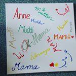 """""""Mama"""" in so vielen Sprachen! Wir sollten lernen uns besser zu verstehen. Und am besten wir fangen bei unseren Gemeinsamkeiten an. Bei unserem """"Mama-Sein"""". Ich habe mit einer syrischen Mutter gesprochen. Über Erziehung und ihr Leben dort und hier in Deutschland. Die spannenden Erkenntnisse gibt's auf dem Blog. #linkinbio #mama #grenzenüberwinden #integration"""