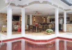 Na reforma do casarão pela Pellizzon Arquitetura e Interiores, A área de lazer da piscina se integra com o gourmet e tem revestimentos de piso e da piscina pela Ceramick. Foto: Ricardo Dettemer