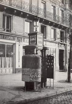 Charles Marville : Urinoir en fonte à deux stalles avec écrans adhérents. Paris Ier. Circa 1875.