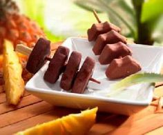 Piñas coladas con chocolate Hot Dogs, Sausage, Chocolate, Meat, Ethnic Recipes, Food, Pina Colada, Kabobs, Breakfast