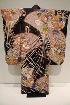 Silk furisode, early Showa period (1930′s), Japan.  Art Institute of Chicago.   Photography by Lori L Stalteri on Flickr