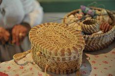 44 ideas for basket making ideas crafts Pine Needle Crafts, Pine Cone Crafts, Types Of Weaving, Weaving Art, Native American Baskets, Brindille, Pine Needle Baskets, Basket Crafts, Sewing Baskets
