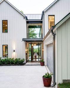 57 Stunning Modern Farmhouse Exterior Design Ideas Farmhouse Design, Modern Farmhouse Exterior, Rustic Farmhouse, Farmhouse Style, Architecture Old, Exterior Design, Garage Doors, House Styles, Outdoor Decor