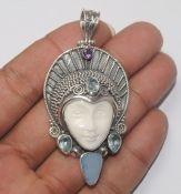 Sieraden & Edelstenen *Jewellery  ~Hanger: gesneden gezicht uit been met Edelsteen Opaal, blauw Topaas en Amethist~