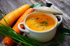 Carrot cream soup with apples and coconut milk: it's simply delicious! - Kitchen - Tips and Crafts Creamy Carrot Soup, Carrot Cream, Carrot Ginger Soup, Winter Vegetable Soup, Winter Vegetables, Roasted Vegetables, Vegetable Stock, Apple Soup, Ham Soup