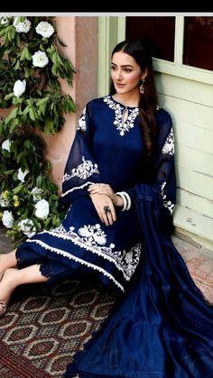 Pakistani Dresses Party, Simple Pakistani Dresses, Pakistani Dress Design, Casual Indian Fashion, Indian Fashion Dresses, Indian Designer Outfits, Classy Fashion, Modest Dresses, Stylish Dresses