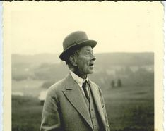 Robert Walser, 1942 (photographer: Carl Seelig) http://en.wikipedia.org/wiki/Robert_Walser_(writer) http://www.nybooks.com/articles/archives/2000/nov/02/the-genius-of-robert-walser/ http://www.robertwalser.ch/ http://www.drawingsonwriting.org/page51.htm