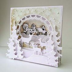 A dokładnie kartka typu namiot - moja pierwsza. Zimowy widoczek ze świąteczną wizytą rodziny jeleni. Może tutaj uda się dojrzeć, że ka...