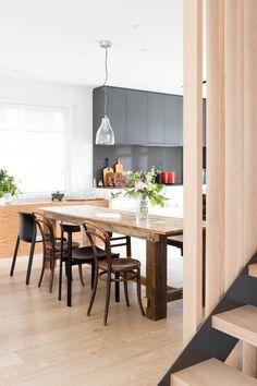 Una casa de nueva construcción con estilo propio por Falken Reynolds Dining Room, Dining Table, Ideas Para, Ideas Decoración, Elle Decor, Shelves, Kitchen, Furniture, Home