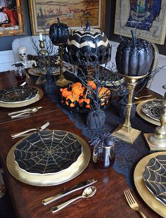30 Tips For Fabulous Fall Decor {Halloween Tablescape} - Haneen's Haven - Halloween dinnerware, goblets, and pumpkins from Home Goods complete this glam tablescape that& - Soirée Halloween, Adornos Halloween, Halloween Dinner, Halloween Home Decor, Holidays Halloween, Halloween Themes, Vintage Halloween, Classy Halloween, Vintage Witch