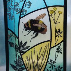 Bumblebee Cottage commission – Verre et de vitrailes Modern Stained Glass, Stained Glass Paint, Stained Glass Designs, Stained Glass Projects, Stained Glass Windows, Mosaic Glass, Fused Glass, Glass Art, Wine Glass