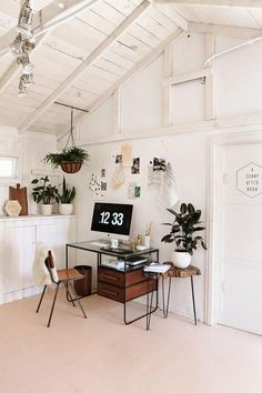 Love all the greenery in this workspace