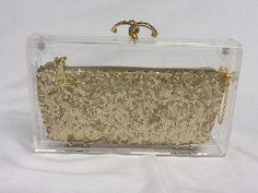 Nosso produto é todo artesanal . Clutch  acrilica com bolsinha em paete com ziper de metal com pingente dourado,forrade com cetim,corrente dourada,detalhe do enfeite emdourado e preto com stras. R$ 229,00