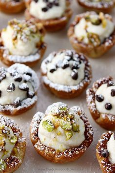 Cannoli Cups Be the star of any party or get-together with these amazingly easy and delicious Mini Cannoli Cups! A real crowd-pleaser!Be the star of any party or get-together with these amazingly easy and delicious Mini Cannoli Cups! A real crowd-pleaser! Italian Desserts, Köstliche Desserts, Italian Recipes, Delicious Desserts, East Dessert Recipes, Finger Desserts, Individual Desserts, Chinese Desserts, Italian Cookies
