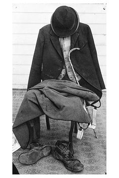 """charlespencerchaplin: """" Charlie Chaplin's iconic Tramp costume. (x) """" Charlie Chaplin wore different variations of """"the tramp"""" costume. Sometimes based on the vest, pants, tie or even jacket you can. Vevey, Charlie Chaplin, Golden Age Of Hollywood, Classic Hollywood, Old Hollywood, Les Miserables, Charles Spencer Chaplin, Physical Comedy, Silent Film"""