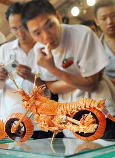 motos langoustes 5   Motos Langoustes   Sculpture photo moto langouste image Huang Mingbo food art